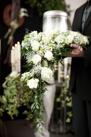 luto: La religi�n, la muerte y dolor - funeral y el cementerio; funeral urna Foto de archivo