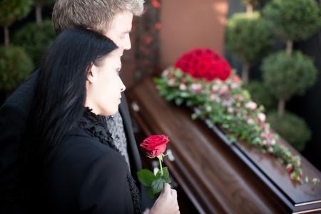 trumna: Pogrzeb z trumną; pogrzeb i cmentarz - Religia, śmierć i boleść