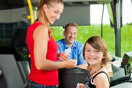 chofer de autobus: Madre e hijo a bordo de un autobús y comprar un billete