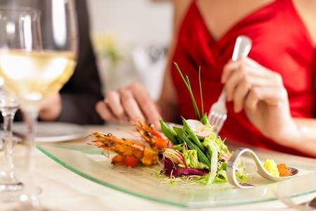 gourmet dinner: Pareja para la cena rom�ntica o un almuerzo en un restaurante gourmet Foto de archivo