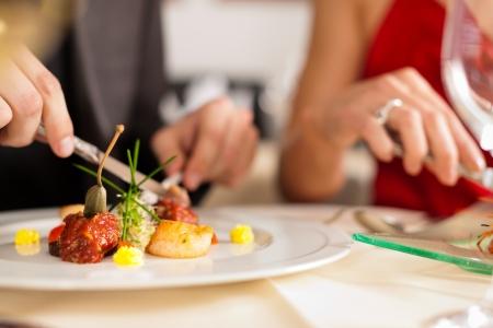 diner romantique: Couple pour le d�ner romantique ou un d�jeuner dans un restaurant gastronomique