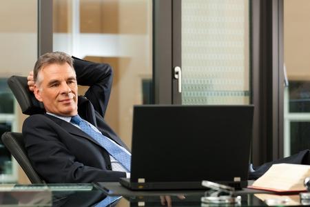 abogado: Negocios - jefe de la contemplaci�n madura en su oficina Foto de archivo