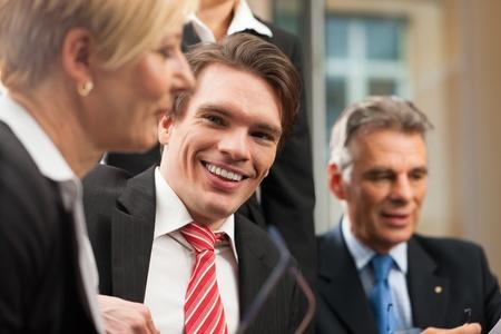 female boss: Business - Team-Meeting in einem B�ro mit Laptop, die Chefin mit ihren Mitarbeitern