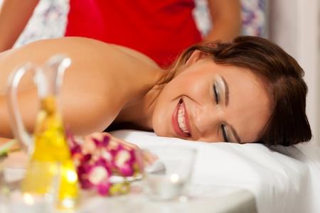 Wellness - Frau bekommen Massage im Spa, es ist ein traditionelles R�ckenmassage