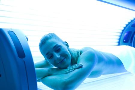 Junge Frau liegt auf Sonnenbank f�r einen sch�nen Teint