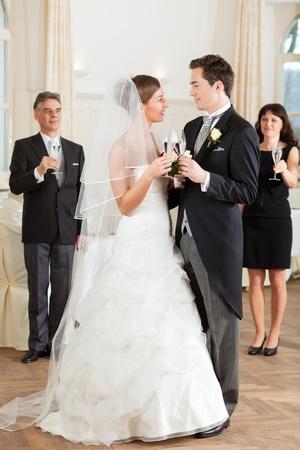 결혼식: 신부 몇 clinking 안경 동안 백그라운드로 서 손님