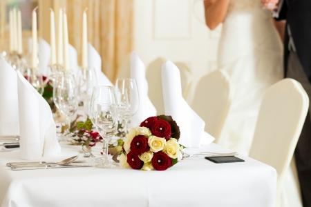 bruidsboeket: Bruiloft tabel op een bruiloft feest versierd met bruidsboeket