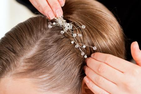 estilista: Estilista de fijar sobre su superficie el peinado de la novia antes de la boda - close-up Foto de archivo