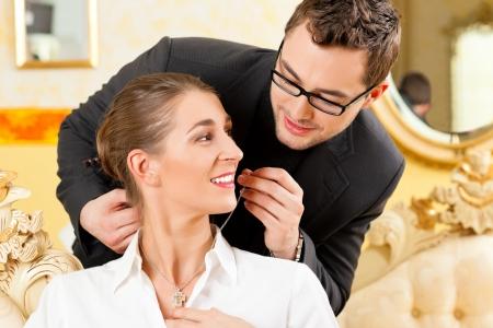 caras emociones: El hombre da a su esposa un collar como regalo