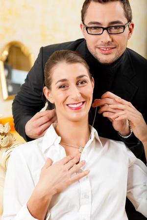 generoso: El hombre da a su esposa un collar como regalo