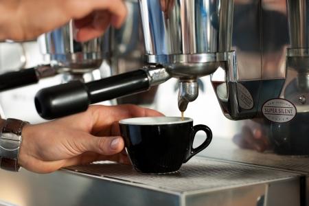 Barista bereitet Cappuccino in seinem Coffeeshop, close-up