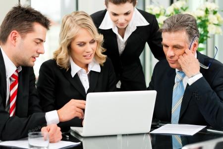 ビジネス - 同僚がオフィスで会議を成功させるにあります。