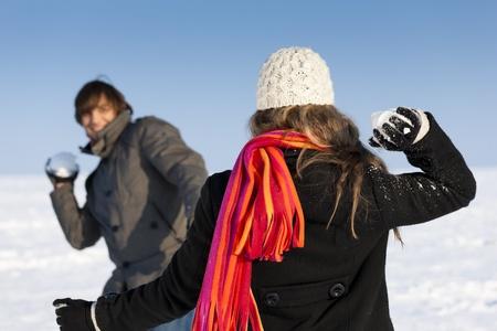 boule de neige: Couple - homme et femme - ayant un combat de boules de neige en hiver Banque d'images