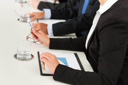 Business - Leute sitzen in einem Meeting, close-up auf H�nden und Frau in der Front