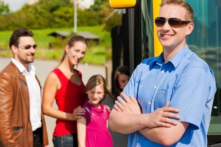 chofer de autobus: Los pasajeros a bordo de un autob�s en una estaci�n de autobuses, en primer t�rmino un conductor de autob�s est� por verse