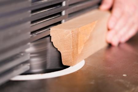 planos electricos: Carpenter - s�lo las manos por ver - est� de pie en la cortadora el�ctrica, cerca de la parte componente