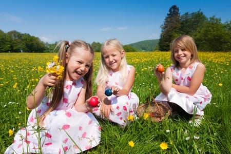 Kinder auf eine Ostereiersuche auf einer Wiese im Fr�hling