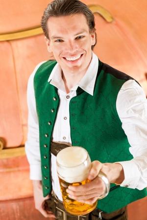 brewer: El hombre en Baviera Tracht, un fabricante de cerveza, con la jarra de cerveza en la cervecer�a