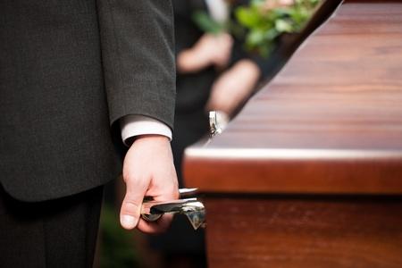trumna: Okaziciela trumna prowadzenia trumnę na pogrzebie na cmentarzu - Religia, śmierć i boleść