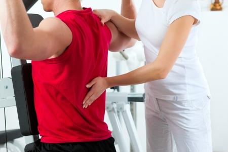 fysiotherapie: Patiënt bij de fysiotherapie maken van fysieke oefeningen met zijn therapeut Stockfoto