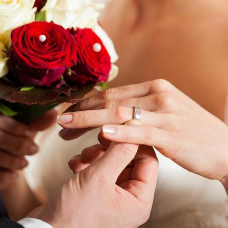 wedding  ring: Pareja de boda con el ramo y el anillo de novia