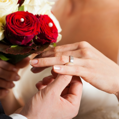 wedding vows: Wedding couple with bouquet and bridal ring
