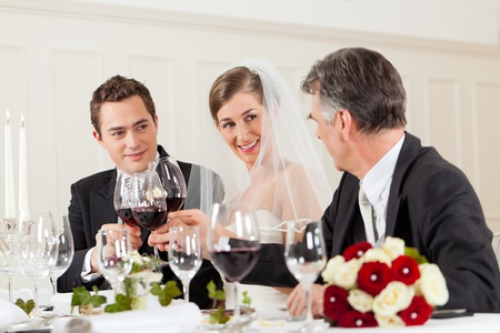 Hochzeits-Party am Abend - das Brautpaar wird stie� mit Wein