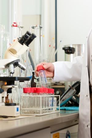 brewer: Brewer en el laboratorio de su f�brica de cerveza y est� haciendo el an�lisis