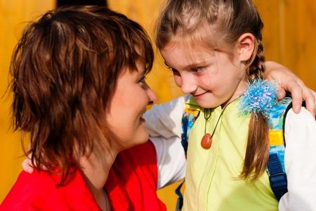 escuela primaria: Familia - madre con la hija de ir a la escuela