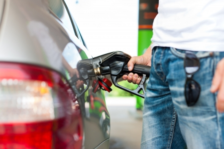 gas station: Llene el dep�sito del coche en una gasolinera, el hombre la celebraci�n de la llave