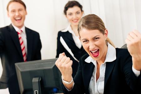 puños cerrados: La gente de negocios que tienen un montón de diversión y dejando que se muestran, tal vez ellos son abogados de haber ganado una sentencia favorable, tal vez sólo tiene conocimiento de su promoción Foto de archivo
