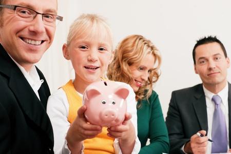 Gezin met hun adviseur activa, geld of iets dergelijks te doen wat financiële planning - gesymboliseerd door een spaarpot in de voorste Stockfoto