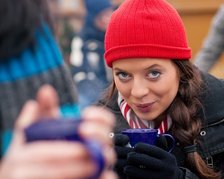 vin chaud: Les gens sur un Noël potable marché à punch ou vin chaud, il fait froid et ils ont un besoin de se réchauffer