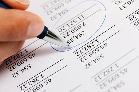 expert comptable: Main de l'homme ne doit �tre vu, sans doute un comptable travaillant sur un document avec des nombres