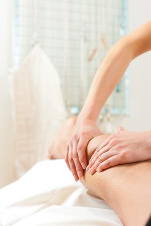 sports massage: Paciente en la fisioterapia de drenaje se masaje o linf�tica