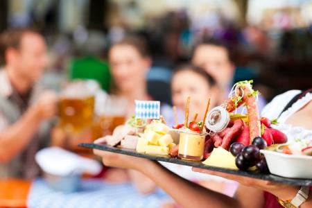 merienda: Restaurante bar al aire libre en Baviera, Alemania - la cerveza y los aperitivos se sirven, se centran en la comida