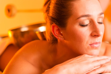 Woman in wellness and spa setting having a singing bowl massage therapy Stock Photo - 13319443