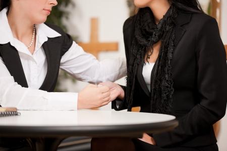 luto: Undertaker está asesorando a un cliente para el funeral y está dando su consuelo Foto de archivo