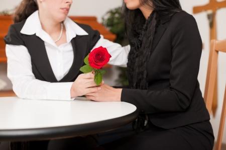 захоронение: Гробовщик консультирует клиента на похороны и дает ей утешение
