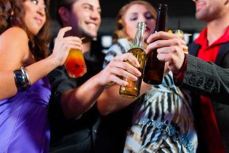 党の人々 の - ここで、カクテル、ビール、バーやクラブを楽しんで - 2 つのカップルをグループします。