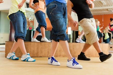chicas bailando: Zumba o jazzdance - gente joven que baila en un estudio o gimnasio, hacer deporte o practicar un n�mero de baile Foto de archivo
