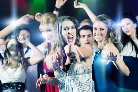 people celebrating: Gente joven que baila en la fiesta de club o discoteca, las ni�as y los ni�os, los amigos, divertirse