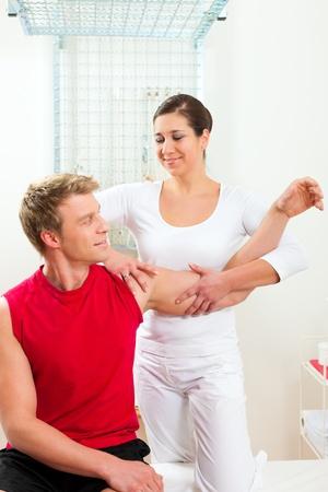 f�sica: Paciente en la fisioterapia haciendo ejercicios f�sicos con su terapeuta