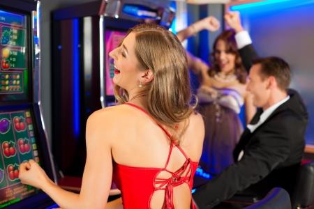fichas casino: Amigos en el Casino en una m�quina tragaperras, obviamente, todos est�n ganando