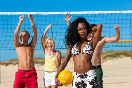 Grupo de amigos - hombres y mujeres - jugando voleibol de playa Foto de archivo - 14126702