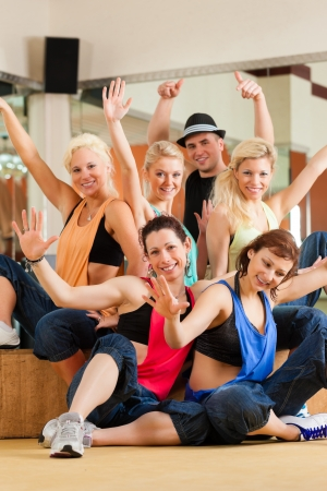 ballet hombres: Zumba o jazzdance - gente joven que baila en un estudio o gimnasio, hacer deporte o practicar un n�mero de baile Foto de archivo
