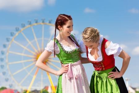 Jonge vrouwen in traditionele Beierse kleding - dirndl of Tracht - op een festival of Oktoberfest Stockfoto