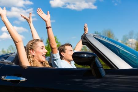 conducci�n: Pareja joven hip - hombre y mujer - con coche cabriolet descapotable en verano en un viaje de un d�a