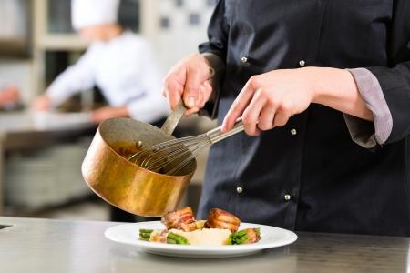 chef cocinando: Chef de cocina en hotel o restaurante de cocina, s�lo las manos para ser visto, se est� trabajando en la salsa para la comida como Saucier Foto de archivo