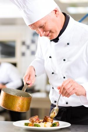 chef cocinando: Chef en el hotel o cocinar cocina del restaurante, que está trabajando en la salsa para la comida como Saucier Foto de archivo